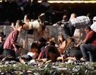 """Khoảnh khắc """"mưa đạn"""" nã xuống đám đông hàng chục nghìn người ở Las Vegas"""