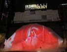 Phạm Hương gây sốt khi biểu diễn với váy hoa khổng lồ, hiệu ứng 5D