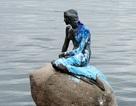 Nàng tiên cá nổi tiếng bất ngờ bị... hắt sơn lem nhem lên người