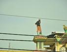 Thanh niên trèo lên nóc chùa quậy phá suốt nhiều giờ