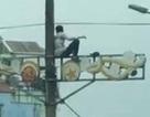 Nam thanh niên nghi ngáo đá ngồi vắt vẻo trên cột điện