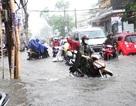 Đường phố Sài Gòn lại ngập nặng sau mưa lớn