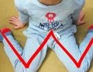 Đừng để trẻ ngồi như thế này trên sàn nhà