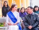 """""""Nữ hoàng đá quý"""" Nguyễn Thị Oanh xúc động khi trở lại mái trường xưa"""