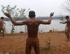 """Cảnh """"tắm tiên"""" ở bãi giữa sông Hồng lên báo nước ngoài"""