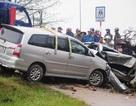 Ô tô chở người đi khám bệnh tông nát bét xe taxi
