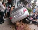 """Hà Nội: Ô tô con """"hạ gục"""" cây xanh, đè lên 4 xe máy trên vỉa hè"""