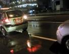 """Hà Nội: Hai taxi """"dìu nhau"""" bằng một sợi dây dù"""
