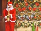 Ông già Noel lắc hông, thổi kèn giá tiền triệu, hàng trà chanh cũng mua về hút khách