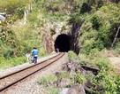 Học sinh chui hầm đường sắt đến trường sau bão Damrey