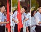 """Dân mạng """"sôi sục"""" tìm kiếm nam sinh cầm cờ trong lễ khai giảng"""