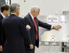"""Phó Tổng thống Mỹ gây bão mạng vì chạm vào vật """"cấm sờ"""" của NASA"""