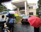 """Phóng viên đội mưa """"cắm chốt"""" bên ngoài Đại sứ quán Triều Tiên ở Malaysia"""