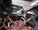 Bắt khẩn cấp 2 đối tượng hắt chất bẩn vào quầy thịt lợn rẻ