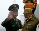 Lính Ấn Độ và Trung Quốc hò hét, ném đá vào nhau