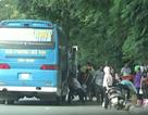 """Hà Nội : Xe khách ngang nhiên lập """"đại bản doanh"""" bắt khách trên đại lộ Thăng Long"""