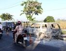Xe ô tô bốc cháy trơ khung, 2 người trong xe bỏng nặng