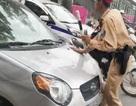 """Nữ tài xế điều khiển ô tô """"ủn"""" CSGT trên phố Hà Nội"""