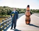 Đám cưới hài hước: Cô dâu khủng long lũn chũn xuất hiện khiến chú rể bật cười