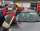 Em bé bị kẹt trong xe hơi nhoẻn cười cùng lính cứu hộ