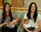 Chị em sinh đôi sinh con trong cùng một ngày