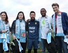 Messi bất ngờ xuất hiện và tặng quà cho tổ chức chống ung thư