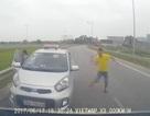"""Thu hồi phù hiệu xe taxi chạy ngược chiều, tài xế """"múa gậy"""""""