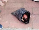 Rúng động mẹ quấn con trong túi ni lông, gửi tới trại mồ côi bằng chuyển phát nhanh