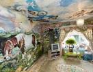 Vẽ tường suốt 35 năm, cụ bà biến nơi ở thành nhà nguyện nổi tiếng