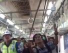 Người hùng Indonesia bắt rắn bằng tay không trên tàu điện ngầm