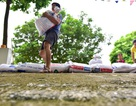 """Hà Nội: Người dân hối hả """"đắp đê"""" trước cửa nhà phòng mưa ngập sau bão"""