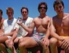 Thú vị bức ảnh chụp cùng tư thế của nhóm bạn trong... 35 năm