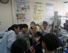 Học sinh sẽ được trải nghiệm dùng chuối đóng đinh sắt vào bàn gỗ