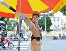 """Công việc """"dầm mưa, dãi nắng"""" của nữ CSGT Hà Nội"""