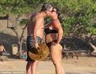 """""""Điệp viên"""" Pierce Brosnan khóa môi vợ say đắm trên biển"""