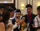 """Quang Linh bị khán giả """"bao vây"""" trong dạ tiệc ở Đà Nẵng"""
