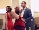 Khách thuê vũ công thoát y phản đối ngân hàng vì phục vụ kém