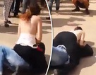Điên tiết vì bị quấy rối, cô gái phản ứng bất ngờ giữa phố đông
