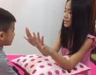 Thú vị clip bé gái lớp 5 dạy em trai 4 tuổi học tiếng Anh
