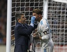Sergio Ramos bị đá vỡ mũi trong trận derby Madrid