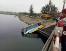 Xe buýt bị xe tải tông rớt xuống hồ