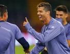 C.Ronaldo trêu đùa đồng đội trên sân tập ở Xứ Wales