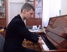 Chàng trai cụt hai bàn tay chơi piano cực hay hút dân mạng