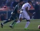 Cầu thủ bị đuổi vì… hành vi đáng xấu hổ với đối thủ