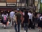 Vợ chồng Lâm Tâm Như - Hoắc Kiến Hoa tình tứ khoác tay nhau ở Nhật