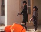"""Hãi hùng cảnh chiến binh """"nhí"""" IS cầm súng hành quyết con tin"""