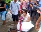 Clip cô dâu Nam Định ngồi thuyền hoa lênh đênh trên đường ngập nước