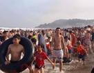 Ken đặc người trên bãi biển Sầm Sơn