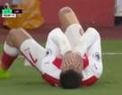 Alexis Sanchez tái hiện lại màn ăn vạ thô thiển của Rivaldo