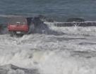 Mắc kẹt trên biển vì liều lĩnh lái xe lúc triều lên